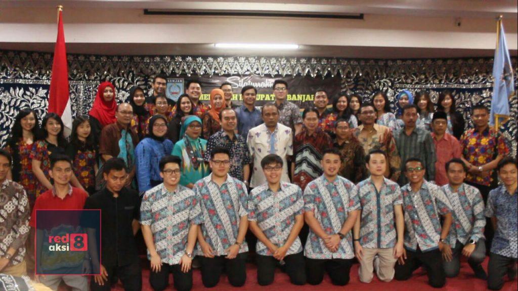 Mahasiswa Universitas Airlangga program pendidikan dokter gigi spesialis periodonsia berfoto bersama di Mahligai Sultan Adam.