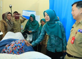 Ketua I TP PKK Banjarbaru saat melakukan Monitoring Pekan Deteksi Dini Kanker pada Perempuan di salah satu Puskesmas di Banjarbaru. Foto : Upik - Hms Bjb