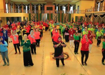 Lomba Senam three ends bagi organisasi wanita se Kota Banjarbaru diadakan di Gedung Bina Satria Kota Banjarbaru. Foto : Upik - Hms Bjb
