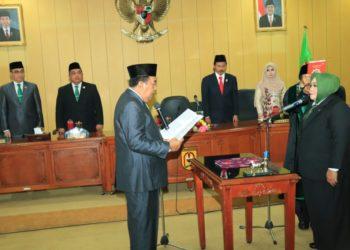 Ketua DPRD Banjarbaru, AR Iwansyah secara resmi melantik satu (1) anggota DPRD Banjarbaru Pergantian Antar Waktu (PAW), disaksikan Walikota dan Wakil Walikota Banjarbaru. Foto : Upik - Hms Bjb