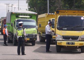 Dishub libatkan Satlantas Polres Banjarbaru dalam Kegiatan pengawasan dan pengemdalian keselamatan berlalu lintas dan angkutan jalan. Foto : Dema