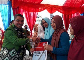 Walikota Banjarbaru menyerahkan secara simbolis KKS kepada masyarakat yang menerima BPNT. Foto - ist