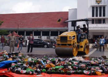 Pemusnahan barang bukti tindak pidana umum dilakukan di depan Balai Kota Banjarbaru Jum'at pagi. Foto - Dema