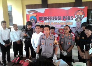 Kapolres Banjabaru AKBP Kelana Jaya memimpin langsung konferensi pers. Foto - Dema