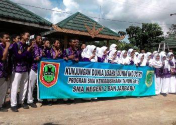 SMAN 2 Banjarbaru implementasikan program kewirausahaan langsung ke para pengrajin ekonomi kreatif. Foto - Dema