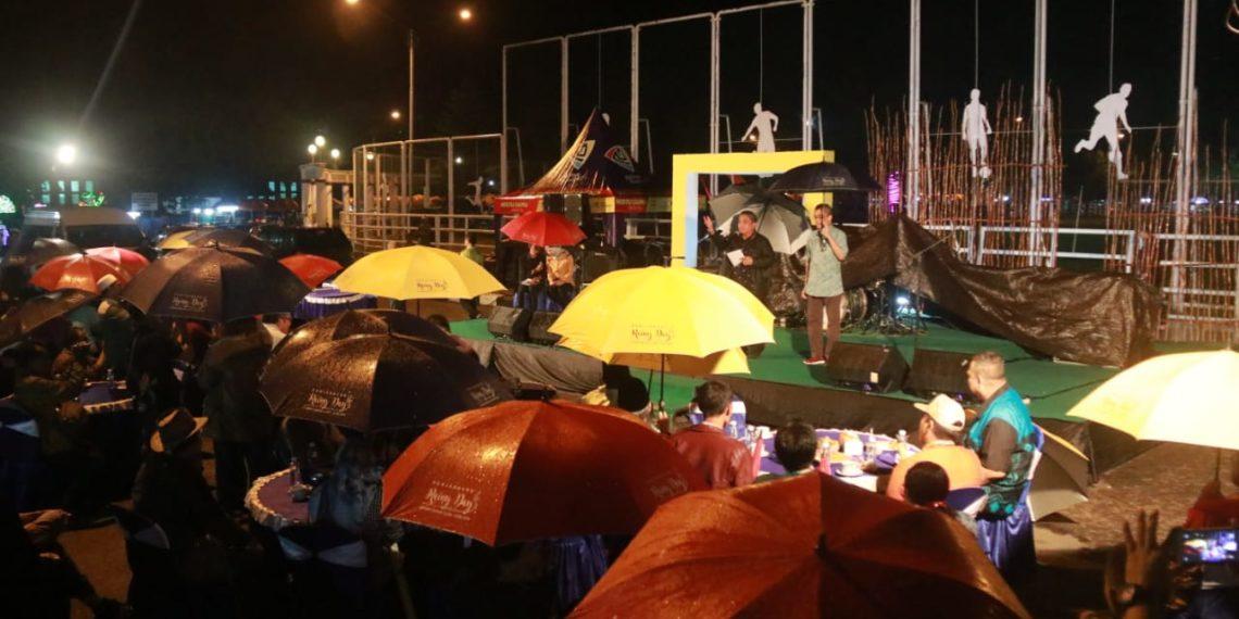 Di bawah rintik hujan, suasana Festival Budaya Rainy Day's terasa lebih romantis dan khidmat. Foto : Mhl - Hms Bjb