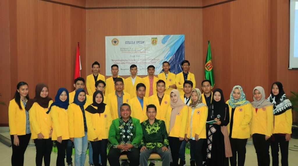 Momen untuk berfoto bersama Walikota Banjarbaru tidak dilewatkan begitu saja oleh mahasiswa Ilmu Administrasi Publik. Foto : Upik - Hms Bjb