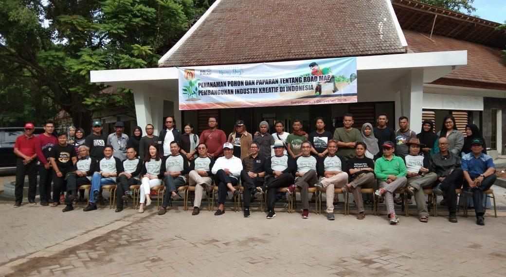 Walikota Banjarbaru dan tamu undangan lainnya berpose di depan Mess L, menirukan pose pekerja Rusia pada zamannya di lokasi yang sama. Foto - Dema