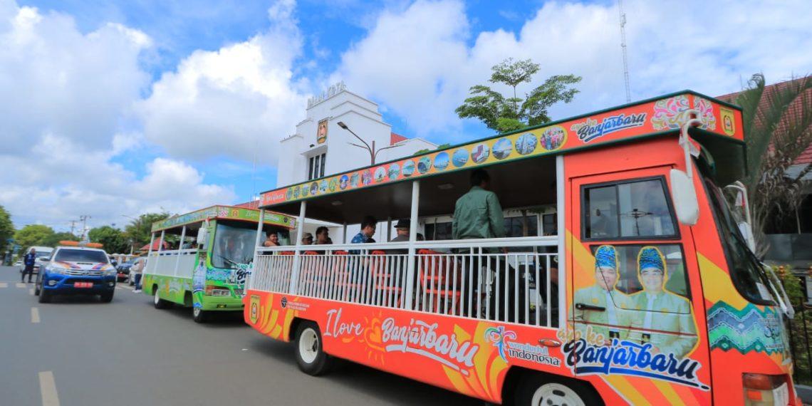 Tamu-tamu dari Korea Cultural Center diajak berkeliling ke kampung-kampung tematik di Banjarbaru menggunakan bus pariwisata. Foto : Yd - Hms Bjb