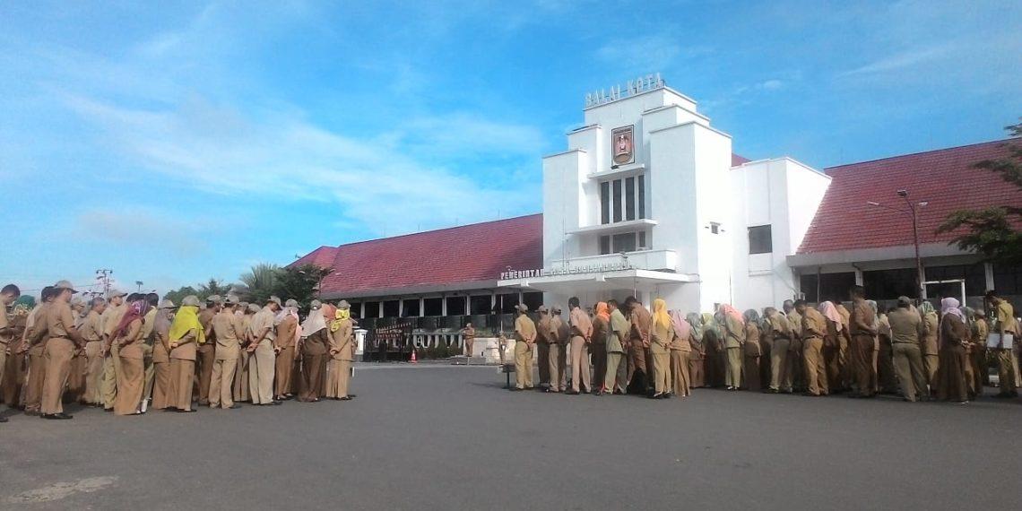 Apel pagi gabungan ASN dilaksanakan di depan Balai Kota Banjarbaru. Foto - Dema