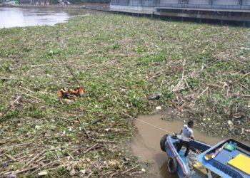 "Baru dibersihkan 2 hari sebelumnya, tumpukan sampah kembali ""menyelimuti"" kawasan disekitar Jembatan Antasari, Sungai Martapura. Foto - Hilma"