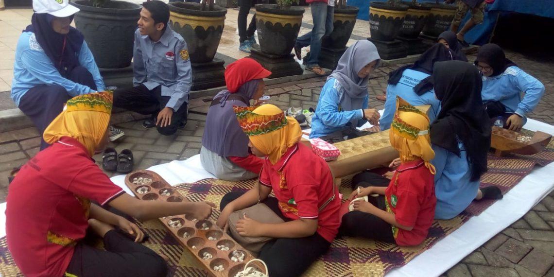 Permainan Badaku menjadi salah satu daya tarik di Festival Jukung 2018. Foto - Hilma