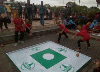Salah satu permainan tradisional yang ditampilkan di Siring Menara Pandang, bagasing. Foto - Hilma
