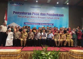"""Walikota Banjarbaru dan General Manager Bandara Syamsudin Noor, berfoto bersama mitra binaan dengan pose """"Ayo ke Banjarbaru"""". Foto - Dema"""