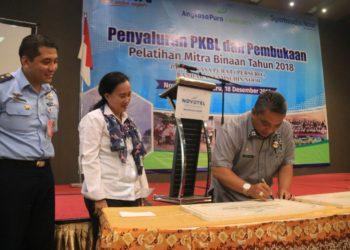 Walikota Banjarbaru H Nadjmi Adhani saat menandatangani prasasti posyandu bantuan dari CSR Bandara Syamsudin Noor. Foto : Mhl - Hms Bjb