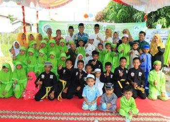 Wakil Walikota Banjarbaru Darmawan Jaya Setiawan berfoto bersama anak-anak TK/TPA NuruL Falah. Foto : Upk - hms bjb