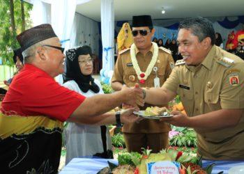 Walikota Banjarbaru Nadjmi Adhani mendapat potongan tumpeng dari Kepala SMAGA Banjarbaru. Foto : Upk - Hms Bjb