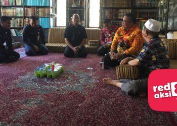 Walikota Banjarbaru H Nadjmi Adhani saat mengunjungi juriyat kelima Datu Kalampayan di kediamannya. Foto - ist