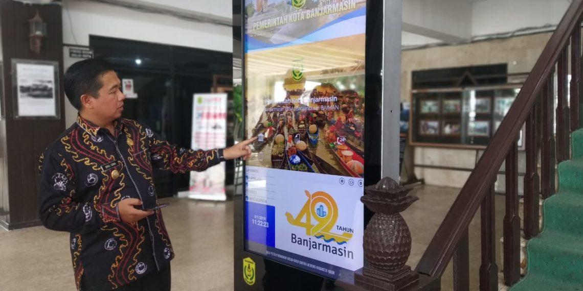 Walikota Banjarmasin saat memamerkan teknologi baru smart display di Balaikota Banjarmasin. Foto - Hilma