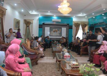 Kunjugan Kapolda Kalsel ke Kota Banjarbaru disambut hangat oleh Walikota Banjarbaru di kediaman dinasnya. Foto : Mhl - Hms Bjb