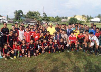 Pemain U-10, U-12, U-14 dan U-16 SSB Cahaya Banua Jaya berfoto bersama Ketua Asosiasi PSSI Kota Banjarbaru, AR Iwansyah (berdiri tengah, baju kuning). Foto - Dema