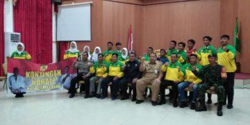Walikota didampingi Ketua Umum FORKI Kota Banjarbaru berfoto bersama kontingen Karate-Do Kota Banjarbaru. Foto - Dema