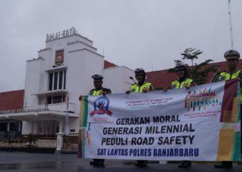 Satlantas Polres Banjarbaru membentangkan spanduk sosialisasi di depan Balai Kota Banjarbaru/. Foto - Dema