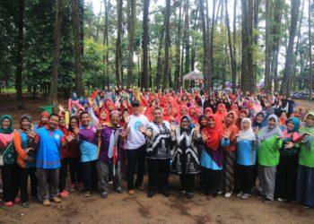 Walikota dan Bunda PAUD Kota Banjarbaru berfoto bersama ratusan Guru PAUD di Hutan Wisata Pinus Banjarbaru. Foto : Mhl - Hms Bjb