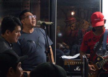 Binsar Bayou (tengah, berkacamata) saat menggelar latihan di salah satu studio musik di Banjarbaru. Foto - Dema
