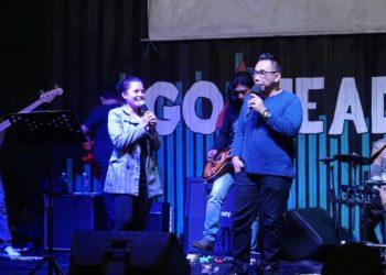 Binsar Bayou bercengkerama dengan MC di atas panggung Botani Cafe and Resto. Foto - Dema