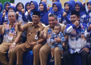 Walikota Banjarbaru Nadjmi Adhani berfoto bersama Gubernur Kalsel dan dewan guru SMAN 2 Banjarbaru, sambil memeluk anak salah seorang alumnus SMADA. Foto - Dema