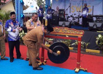 Gubernur Kalsel Sahbirin Noor memukul gong sebagai tanda dibukanya acara puncak peringatan HUT SMAN 2 Banjarbaru ke 42. Foto - Dema