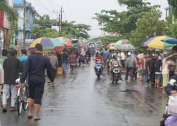 Pedagang kaki Lima penuhi Jalan Pemurus Kertak Hanyar Kabupaten Banjar (27/1)/ Photo : ist
