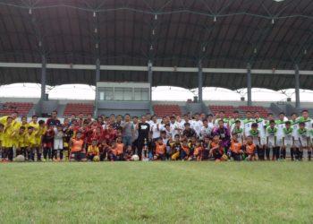 Siswa SSB Cahaya Banua Jaya berfoto bersama Ketua Umum Martapura FC, H Mokhamad Hilman di Stadion Demang Lehman Martapura. Foto - Red8