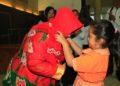 Seorang anak PAUD mengalungkan Kain Sasirangan Bordir kepada Bunda PAUD Kota Banjarbaru. Foto : Upk - Hms Bjb