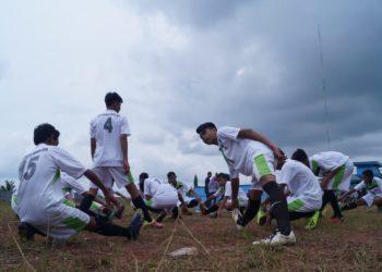 Laskar Macan Dahan, SSB Cahaya Banua Jaya melakukan pemanasan sebelum bertanding vs Perselut. Foto - Dema