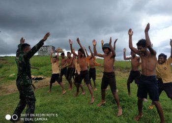 Kegembiraan Siswa SMPN PIEBULAK bersama Yonif Raider 408 usai belajar renang di Desa Desa Loonuna Kecamatan Lakmanen Selatan Kabupaten belu Nusa Tenggara Timur (9/2)/ Photo : Istimewa