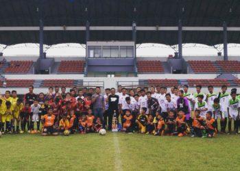 Salah satu SSB di Kalimantan Selatan, SSB Cahaya Banua Jaya saat berfoto bersama Ketum Martapura FC. Foto - Dema