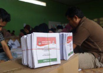 Ratusan ribu surat suara pemilu mulai disortir dan dilipat KPU Kota Banjarbaru. Foto - Dema