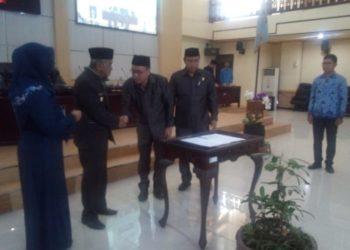 Wakil Ketua DPRD Kabupaten Banjar Bersama Bupati Banjar Menandatangani Perubahan Raperd Pajak Daerah dan Retribusi Jasa Umum