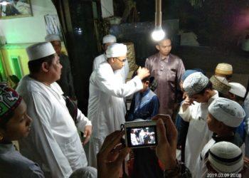 Habib Said Umar saat 'memberkati' anak-anak di Rumah Qur'an Yayasan Ami Bani Sulaiman Kurdi. Foto - Salim