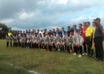 Walikota dan Ketua Askot PSSI Banjarbaru berfoto bersama dengan dua klub peserta turnamen. Foto - Dema