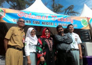 Kepala SMAN 2 Banjarbaru berfoto bersama Kadisdik dan Bunda PAUD Banjarbaru di depan stand. Foto - Dema