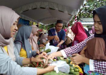 Stand Dinas Tanaman Pangan Dan Hortikultura Kabupaten Banjar di serbu oleh pembeli karena harganya sangat murah
