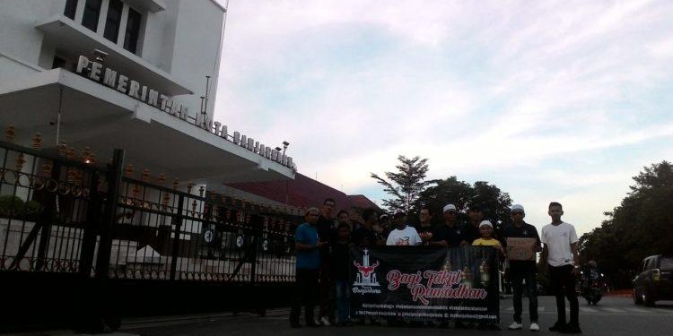 Lokasi bagi-bagi takjil berada di depan Balai Kota Banjarbaru. Foto - Dema