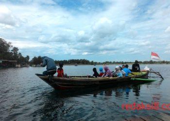 Rombongan keluarga wisatawan asal Kapuas, Kalimantan Tengah gunakan fasilitas 'Kelotok' untuk menyeberang ke Pulau Asmara. Foto - Dema
