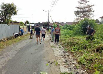Gotong royong pembersihan linngkungan oleh  Warga RT 16 Komplek Kelapa Gading untuk memutus perkembang biakan nyamuk