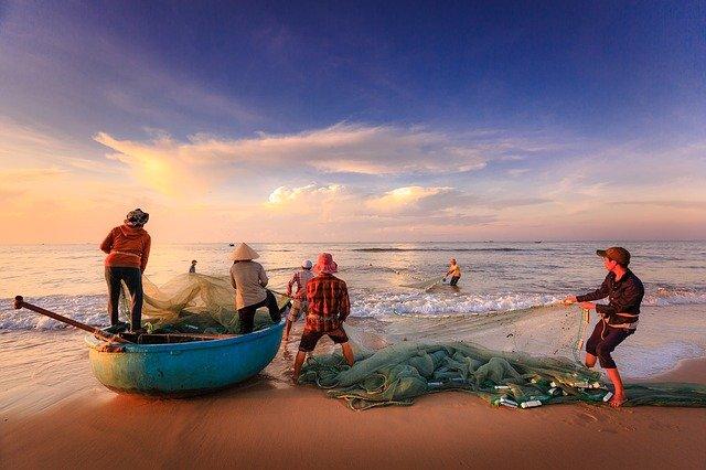Ilustrasi : Nelayan tengah mendarat membawa hasil tangkapan dari laut.