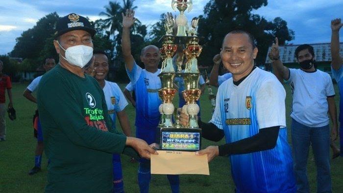 wakil wali kota banjarbaru wartono se menyerahkan piala di event trofeo sang juara minggu 07032021